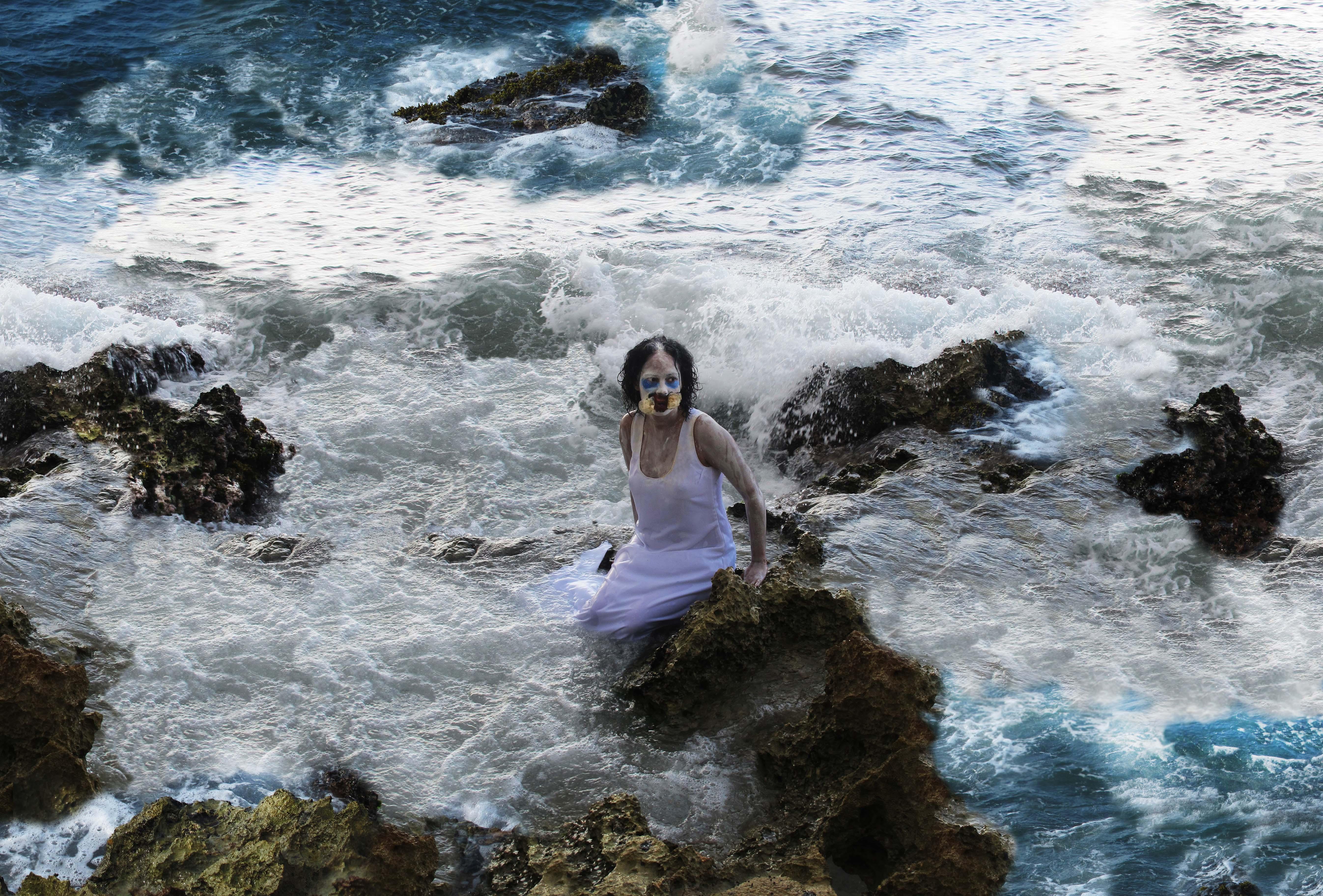anglerfish entre pedras no mar revolto baixa (2)